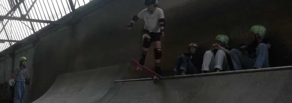 Mädchen skaten in der Halfpipe