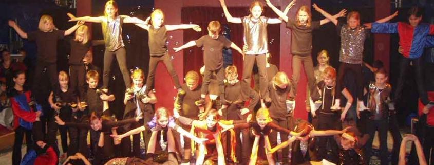 Kinder führen artistische Kunststücke im echten Zirkuszelt vor